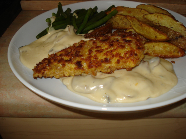 pork escalope with mushroom sauce, wedges and green beans